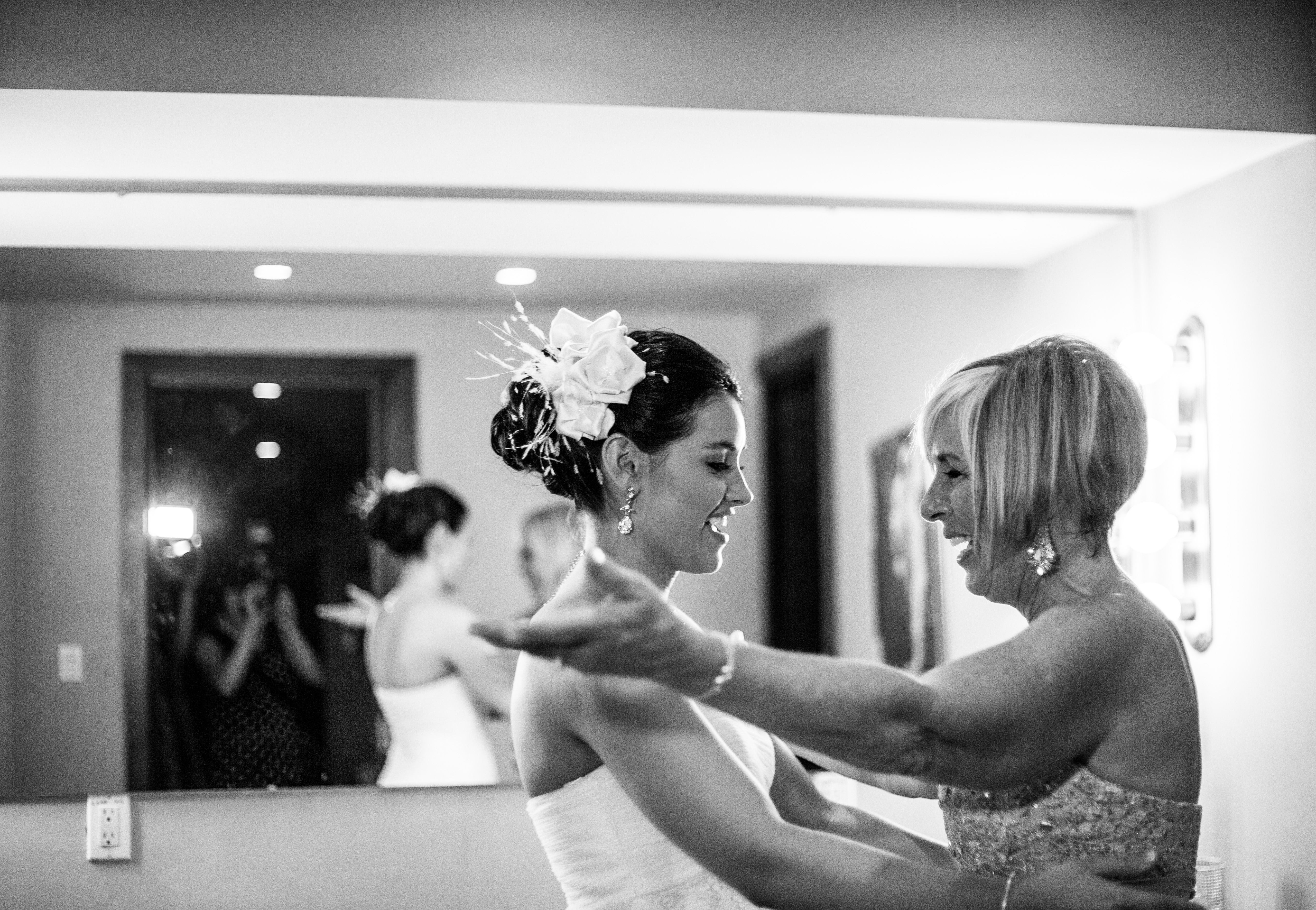Jewish bride gets a hug from her Mother when seeing each other for the first time on the wedding day